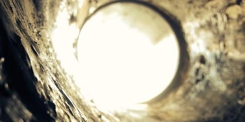 【賃貸の壁の穴を塞ぎたい!】同じ壁紙を無料で取り寄せる方法