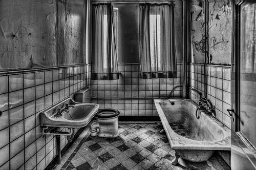 【お風呂場のカビが取れない人必見!】頑固カビを一瞬で消す方法