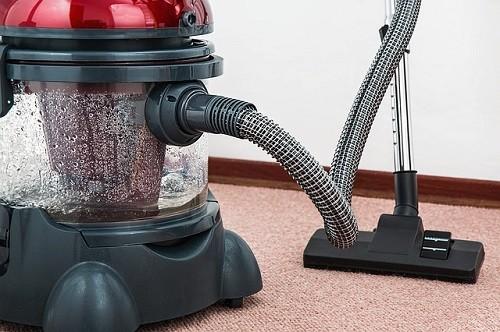 【中で繁殖して出てくる!?】ゴキブリを掃除機で吸った時の対処法